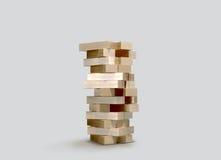 Obstrui o jenga de madeira do jogo no fundo cinzento Imagens de Stock