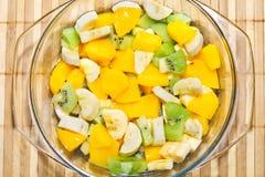Obstsalat der Banane, Kiwi, Pfirsich Stockfoto