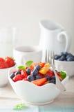 Obstsalat mit Erdbeerblaubeeraprikose zum Frühstück Lizenzfreies Stockbild