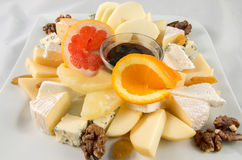 Obstsalat mit Käse und Nüssen Lizenzfreies Stockfoto