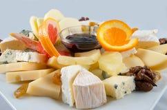 Obstsalat mit Nüssen, Rosinen und Käse Lizenzfreies Stockfoto