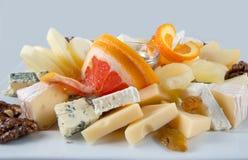 Obstsalat mit Nüssen, Rosinen und Käse Stockfoto