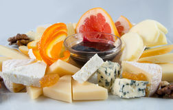 Obstsalat mit Nüssen, Rosinen und Käse Stockbilder