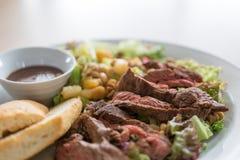 Obstsalat mit Rindfleisch und Stangenbrot stockfotos