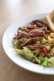 Obstsalat mit Rindfleisch und Stangenbrot stockfoto
