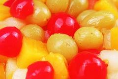 Obstsalatbeschaffenheit Früchte als Hintergrundmuster Exotischer Fruchtobstsalat mit Cocktailkirschsauerkirschenmango Stockfotos