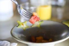 Obstsalatstücke auf einer Gabel Stockfotografie