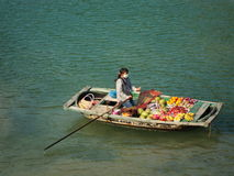Obstverkäufer auf Boot Stockfotos
