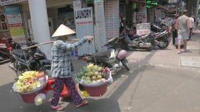 Obstverkäufer in Ho Ch Minh-Stadt, Vietnam stock video