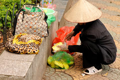 Obstverkäufer säubert eine Ananas Lizenzfreies Stockbild