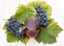 Obstwein mit frischen Trauben Stockbilder