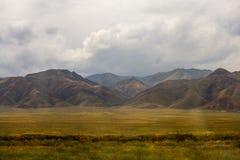Obszarów trawiastych wzgórza Z Popielatymi chmurami Obrazy Stock