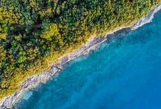 Obszar przybrzeżny z błękita jasnego wodą Fotografia Stock