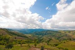 Obszar trawiasty i góry Tajlandia zdjęcie royalty free