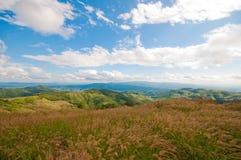 Obszar trawiasty i góry Tajlandia zdjęcia stock