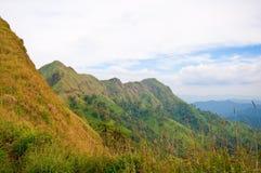 Obszar trawiasty i góry Tajlandia obraz stock