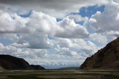 Obszar trawiasty z chmurami Zdjęcia Royalty Free