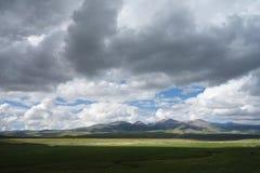 Obszar trawiasty z chmurami Fotografia Royalty Free