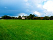 Obszaru trawiastego chmurny powietrze w Edynburg krajobrazie Zdjęcie Stock