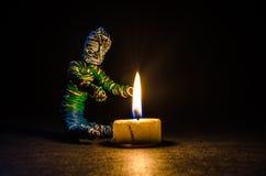 Obtenção morno por uma vela Imagem de Stock