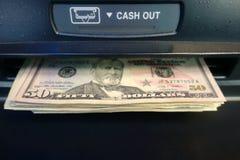 Obtendo o dinheiro em um ATM imagens de stock royalty free