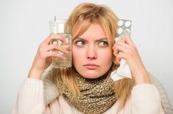 Obtendo o relevo rápido Maneiras de sentir melhores remédios rápidos da casa da gripe Lenço morno do desgaste de mulher porque do imagens de stock