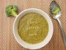 Obtenez meilleur bientôt écrit en potage aux légumes avec la cuillère photographie stock libre de droits