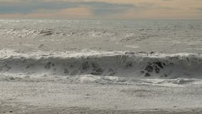 Obtenez outre de l'Océan Atlantique sur la côte du sud de l'Islande image libre de droits