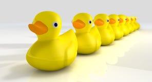 Obtenez tous vos canards en caoutchouc dans une ligne Image stock