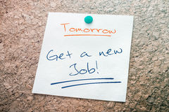 Obtenez un nouveau papier de Job Reminder For Tomorrow On goupillé sur Cork Board photo libre de droits