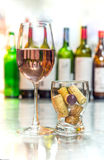 Obtenha bêbado com vinho cor-de-rosa, refresco no vidro com cortiça Fotos de Stock