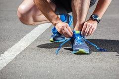 Obtention de essai de chaussures de course de coureur Photo stock