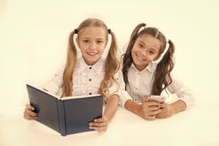 Obtention de l'information De stockage de donn?es grand livre de papier moderne ? la place Les petites filles ont lu le livre de  photos stock
