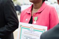Obtention du diplôme et médailles d'honneur aux autorités images stock