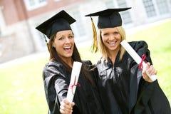 Obtention du diplôme : Amies ensemble après obtention du diplôme Images libres de droits