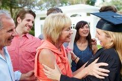 Obtention du diplôme d'And Family Celebrating d'étudiante Photo libre de droits