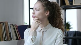 Obteve uma ideia, mulher de negócio de pensamento, interno, nova, vídeos de arquivo