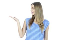 Obteve uma ideia, mulher pensativa de pensamento, fundo branco, jovem, vídeos de arquivo