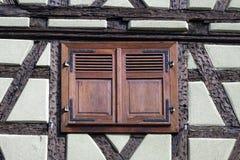 Obturador de la ventana de Brown fotos de archivo libres de regalías