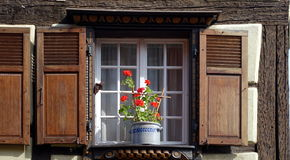 Obturador de la ventana de Brown fotografía de archivo libre de regalías
