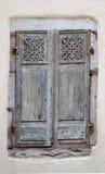 Obturador de la ventana de una casa de entramado de madera fotos de archivo