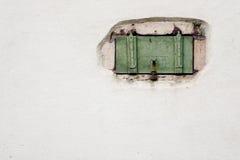 Obturador de la ventana de una casa de entramado de madera imagen de archivo