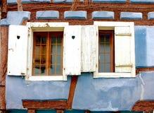 Obturador de la ventana de una casa de entramado de madera fotografía de archivo