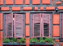 Obturador de la ventana de una mitad-madera fotografía de archivo