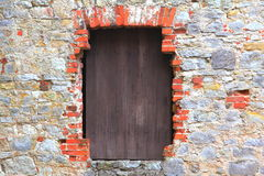 Obturador de madeira na janela do castelo velho Foto de Stock