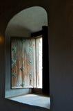 Obturador de madera antiguo de la ventana Fotos de archivo