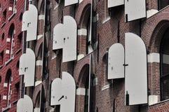 Obturador de madera blanco en las casas de Amsterdam Imágenes de archivo libres de regalías