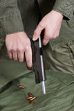 Obturador del soldado que amontona el potro del arma de la pistola Imagenes de archivo