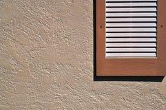 Obturador en la pared exterior del estuco Imagen de archivo