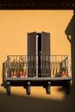 Obturador italiano de la ventana con la pared anaranjada Imagenes de archivo